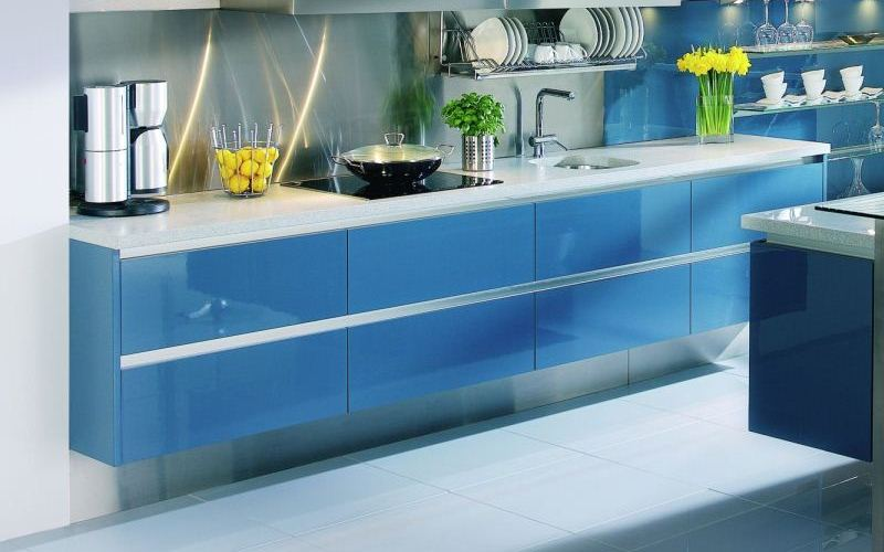Blue Lacquered Kitchen with Handless System