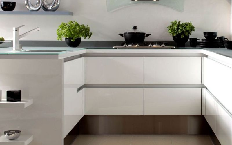 White Lacquered Kitchen with Handless System